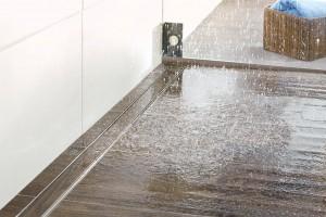 Kermi Duschplatz, eine Systemlösung mit Schallschutz, hemmt die Schallübertragung von Wasseraufprallgeräuschen und sorgt für Ruhe. Foto: Kermi