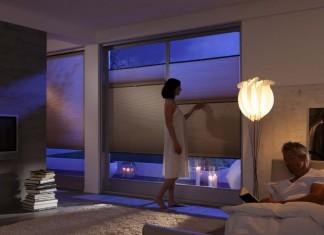 Das Wabenplissee sorgt für eine perfekte Abdunkelung bei Nacht, tagsüber fällt durch den transparenten Blickschutz Licht ein. Foto: Duette Wabenplissee