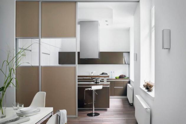 Die offene Küche kann mit Schiebetüren elegant vor Gästen verborgen werden.