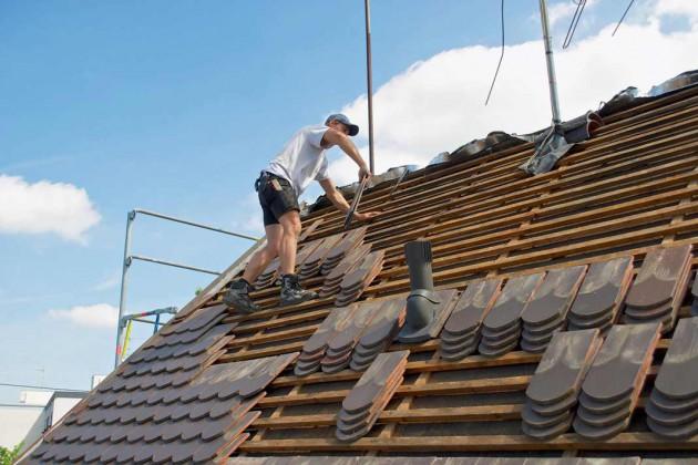 Die Fachhandwerker deckten im ersten Schritt das Dach ab.