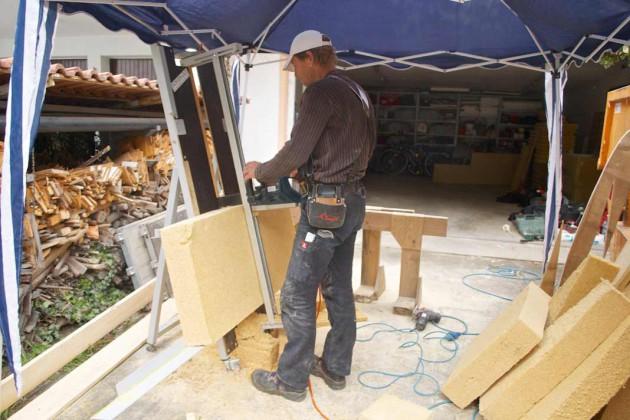 Die flexible Holzfaserdämmung lässt sich schnell und effektiv handhaben.