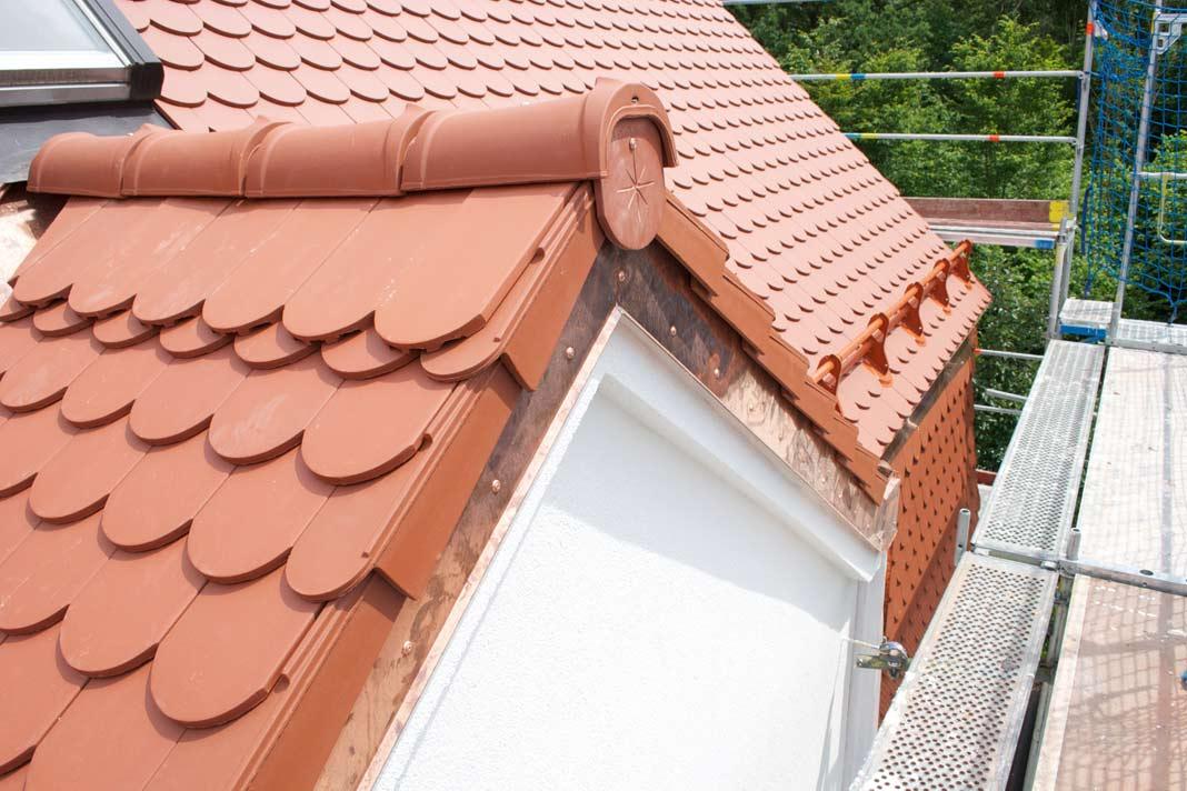 Um das Erscheinungsbild des Hauses beizubehalten, entschied sich der Bauherr bei der Eindeckung erneut für Biberschwanz- Ziegel.