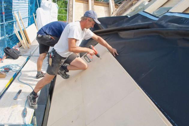 Die gesamte gedämmte Dachfläche wurde noch mit stabilen Holzfaser-Unterdeckplatten versehen.
