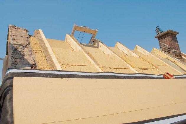 Das Dach erhielt sowohl eine Aufdach- als auch eine Zwischensparrendämmung.