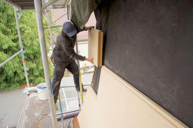 Die anschließend angebrachten stabilen Holzfaser-Unterdeckplatten sorgen auch für einen zusätzlichen Witterungsschutz.
