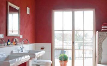 Roter Dekorputz an den Wänden.