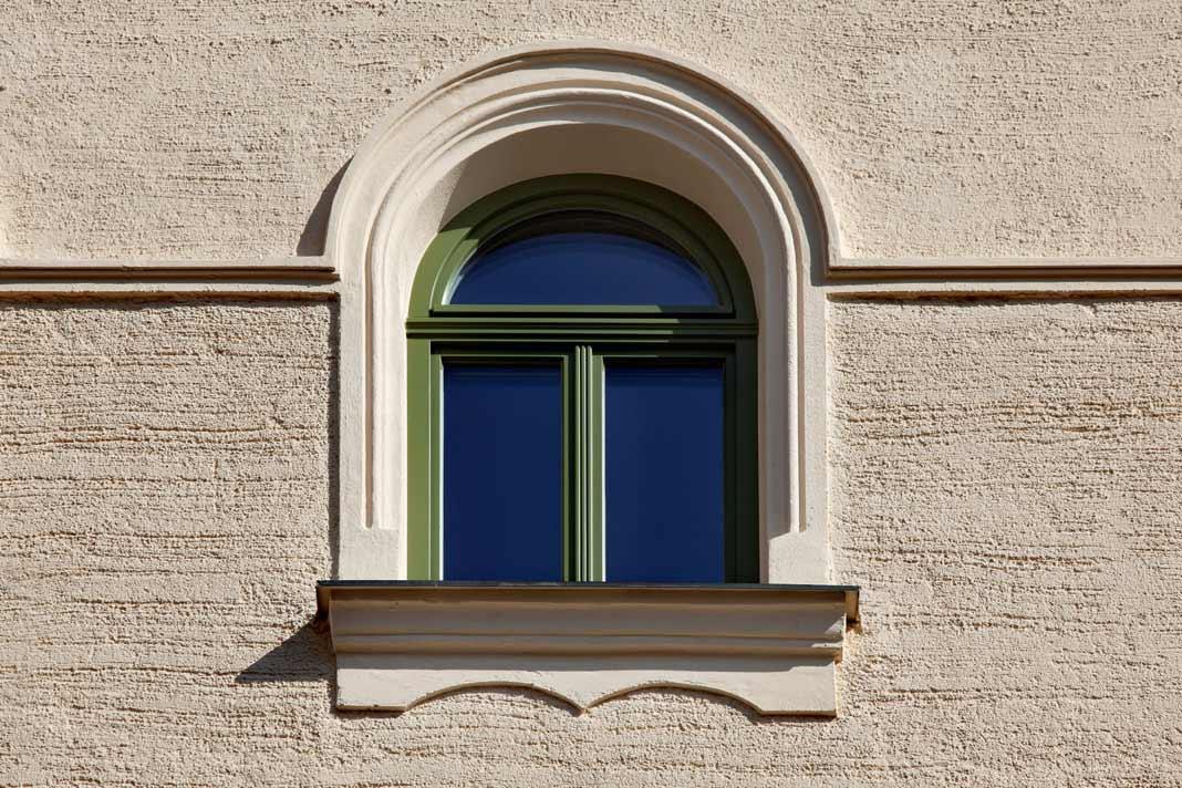 Die Fenster sind entsprechend eines vorhandenen Originals nachgebaut.