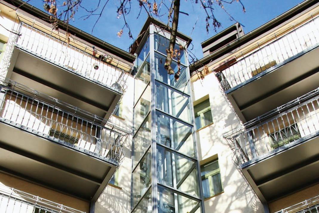 Das Eckgebäude erhielt einen Glasaufzug als Anbau an der Innenhof-Seite.