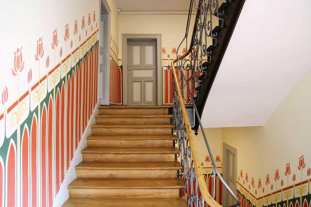 Wandmalereien im Treppenhaus .