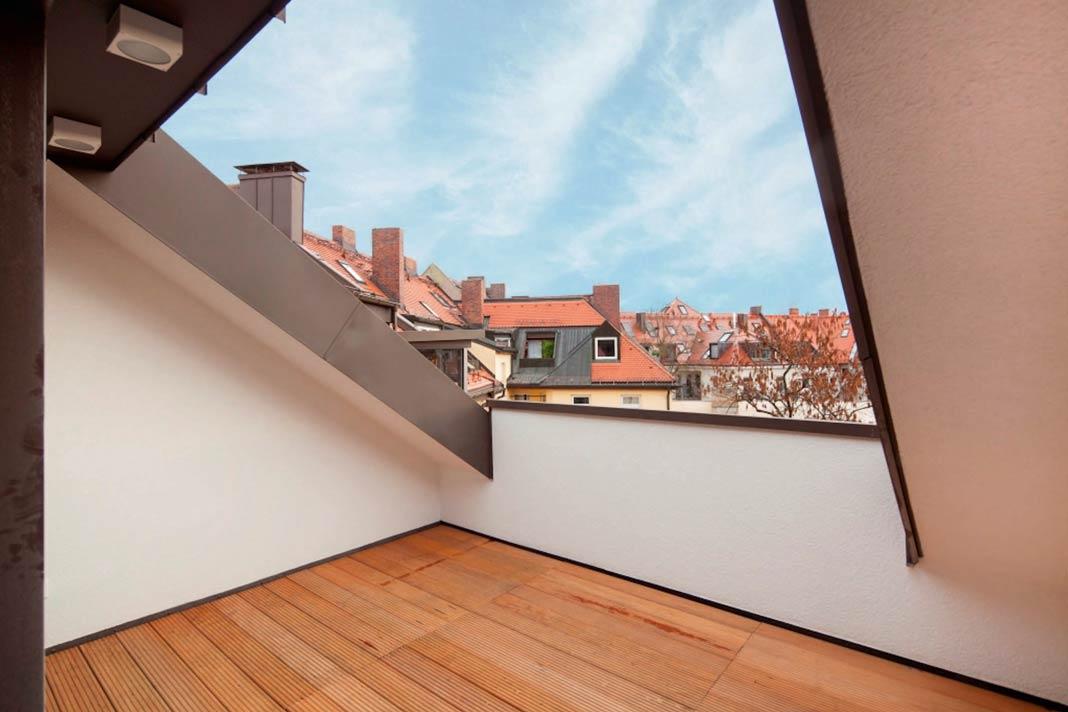Ausblick von der Loggia einer der neuen Dachgeschosswohnungen in München.