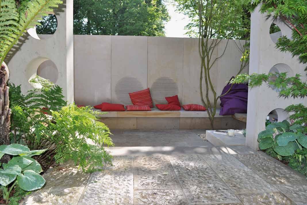 Die Alternative zu Gartenmöbeln bilden dauerhafte Sitzgelegenheiten aus Beston oder Stein.