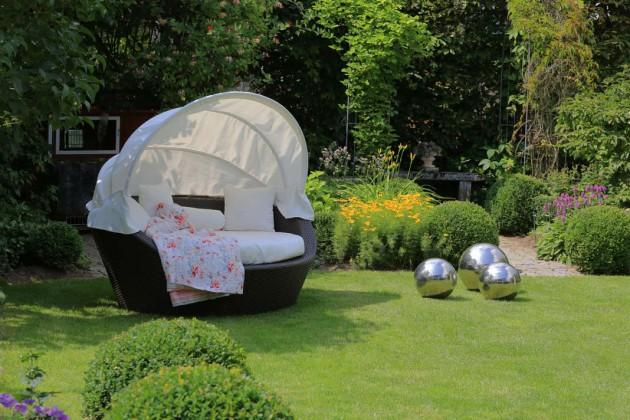Das runde Sofa mit geschickt integriertem Sonnenschutz.