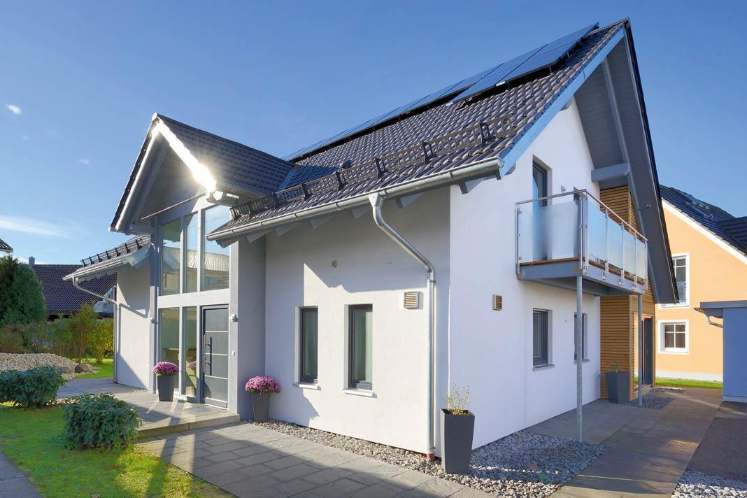 Das Plusenergie-Musterhaus in Poing zeigt sich markant, außergewöhnlich und offen.