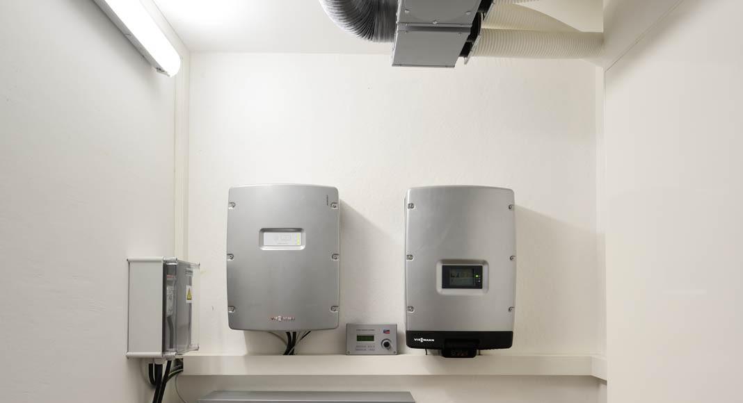 Die überschüssige Energie der Photovoltaikanlage wird in die Speicherbatterie geleitet.