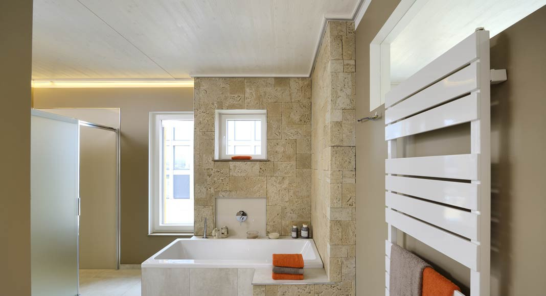 Großzügig und modern präsentiert sich das Komfort-Bad.
