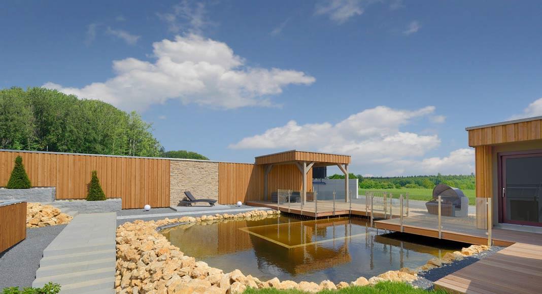 Von der Sauna (rechts) gelangt man direkt in den Schwimmteich.