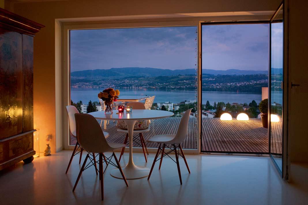 Sommer oder Winter – das Licht auf der Terrasse lenkt den Blick nach außen.