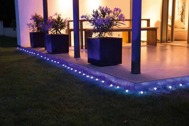 Die Grenzen von Terrassen, Treppenstufen oder ähnlichem mit Lichtspots einzufassen, sorgt für Trittsicherheit im Garten.