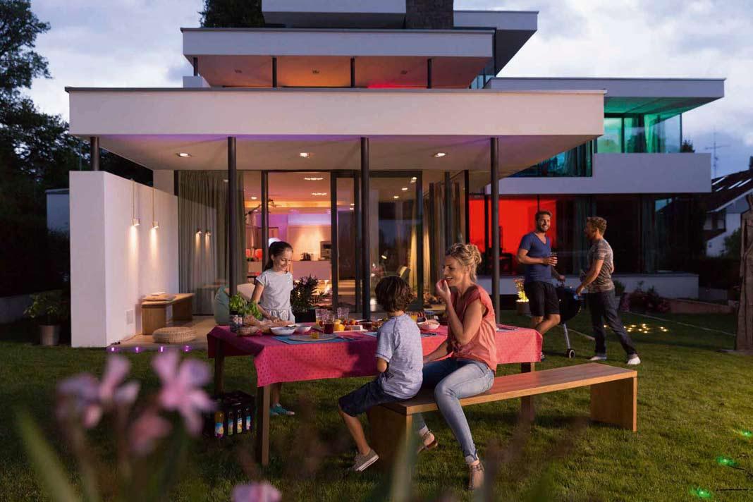 """Dank """"Lightify Garden Spot Minis RGB"""" und Smartphone-App können Terrasse und Garten erstrahlen."""