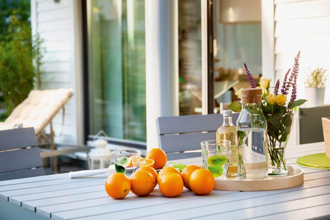 Bodentiefe Fenster fluten das Hausinnere geradezu mit Tageslicht.
