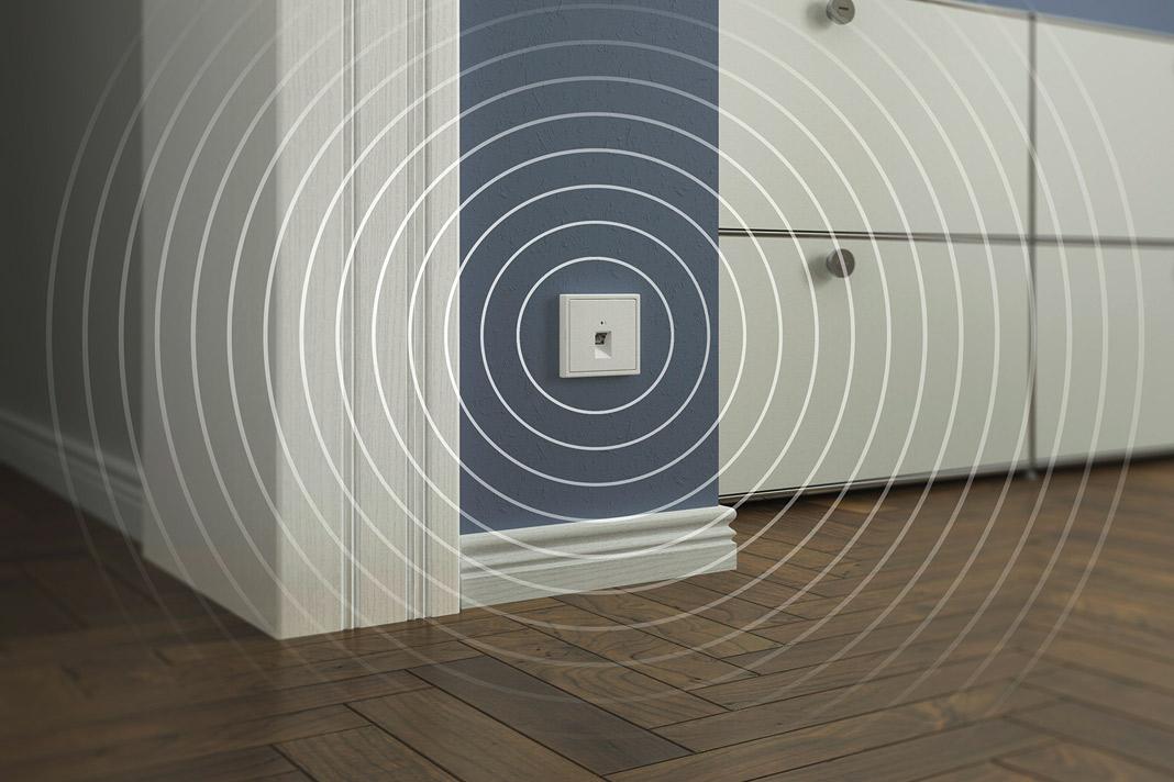 Mit dem Jung WLAN Access Point gibt es überall im Haus schnellen Zugang zum Internet. Foto: Jung