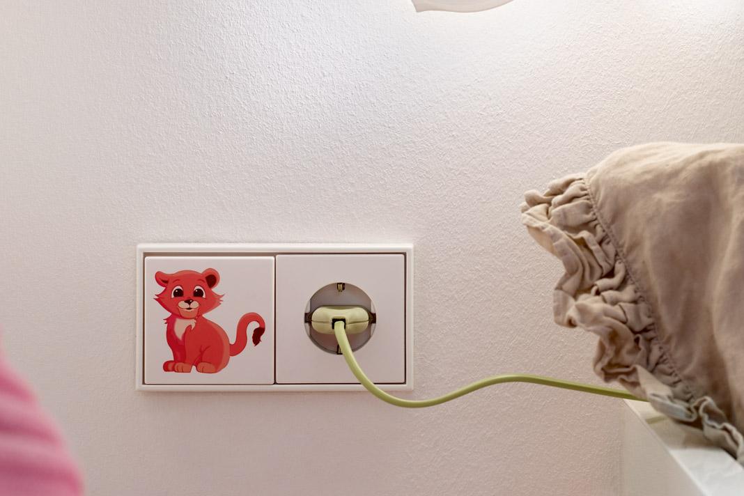 Mit dem Graphic-Tool von Jung lassen sich Schalter oder Steckdosen individuell gestalten. Egal ob Tiermotiv, Text oder Lieblingsfoto. Foto: Jung