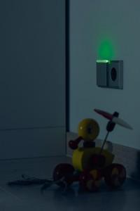 Kleines Licht, große Wirkung: Das integriertes LED-Licht der Steckdose sorgt für so viel Helligkeit, dass auf das Einschalten der Hauptbeleuchtung verzichtet werden kann. Das sorgt für Sicherheit im Dunklen. Foto: Jung