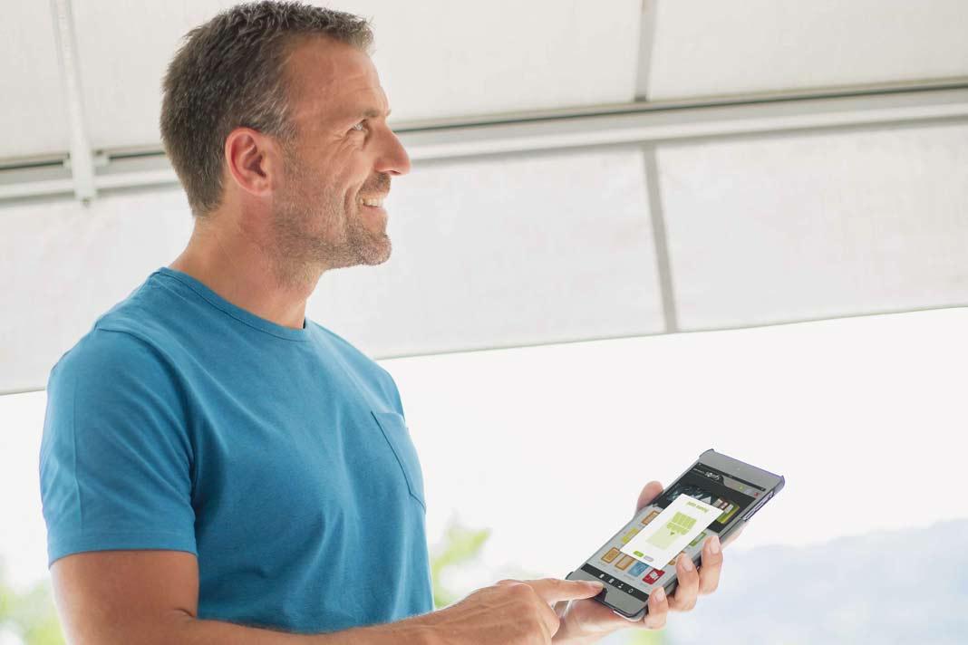 Eine elektrische Markise kann ganz bequem mit einer Steuereinheit oder Fernbedienung betätigt werden.