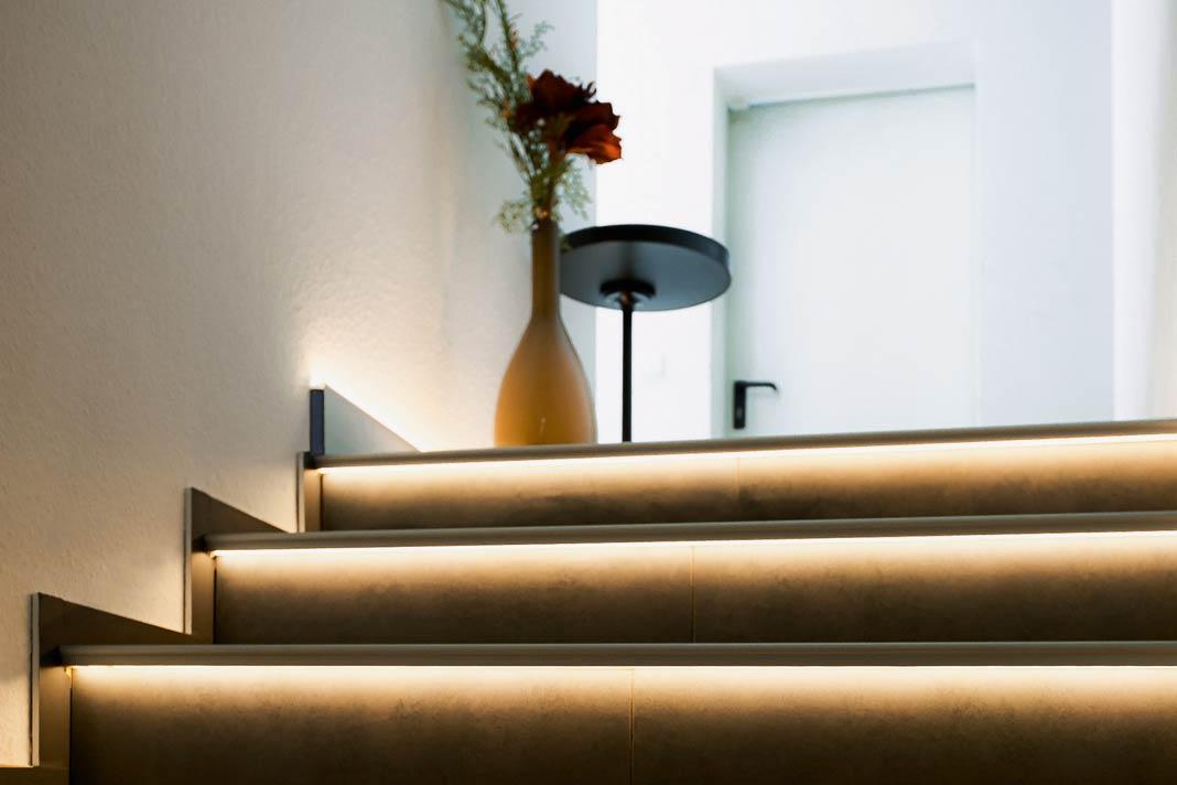 Bei einer Treppenrenovierung bietet sich auch gleich die Integration von LED-Elementen in die Stufen an.