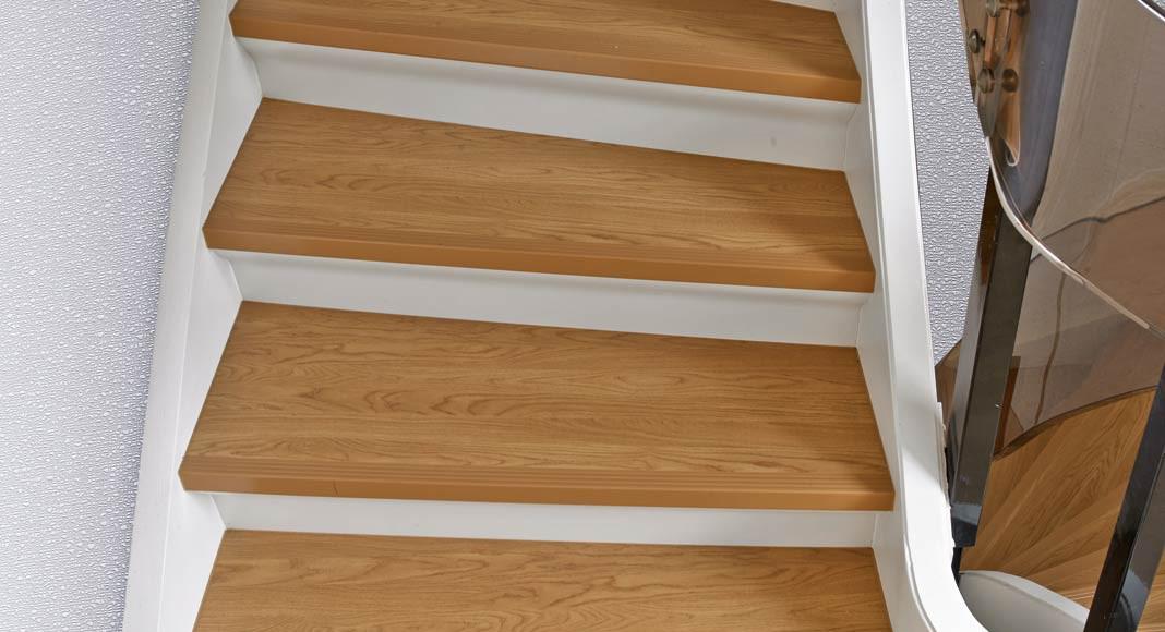 """Nach der Renovierung: Die neuen Stufen aus stabverleimtem Massivholz in """"Eiche hell"""" strahlen Behaglichkeit aus."""