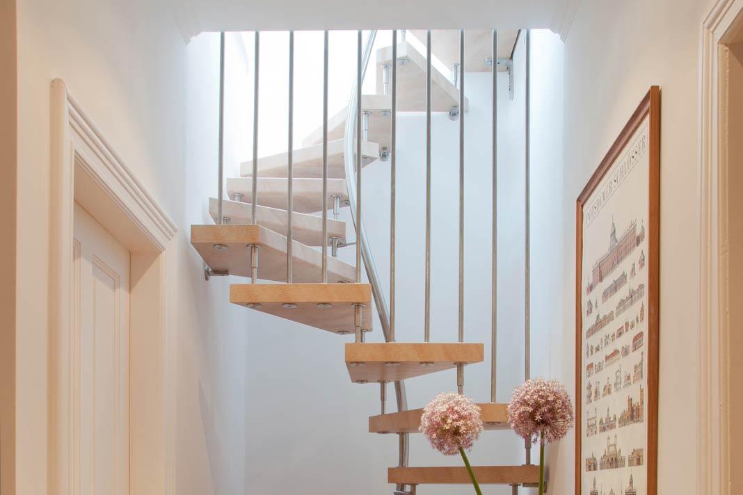 Auch für die nachträgliche Erschließung des Dachgeschosses gibt es sichere Treppenlösungen auf kleinstem Raum.