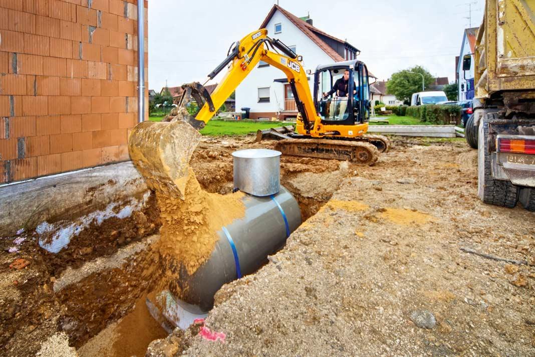 Ist der Behälter sicher platziert, wird die Grube mit Erde aufgefüllt.