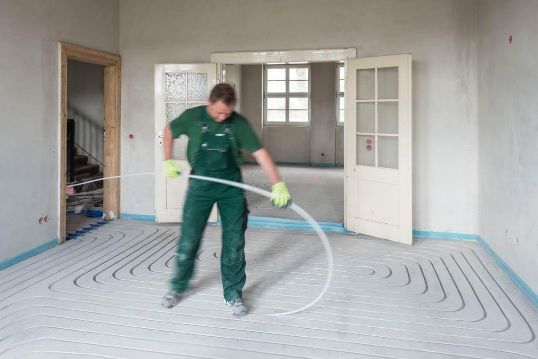 Gleich nach dem Einlegen der Rohre kann der Bodenbelag aufgebracht werden.