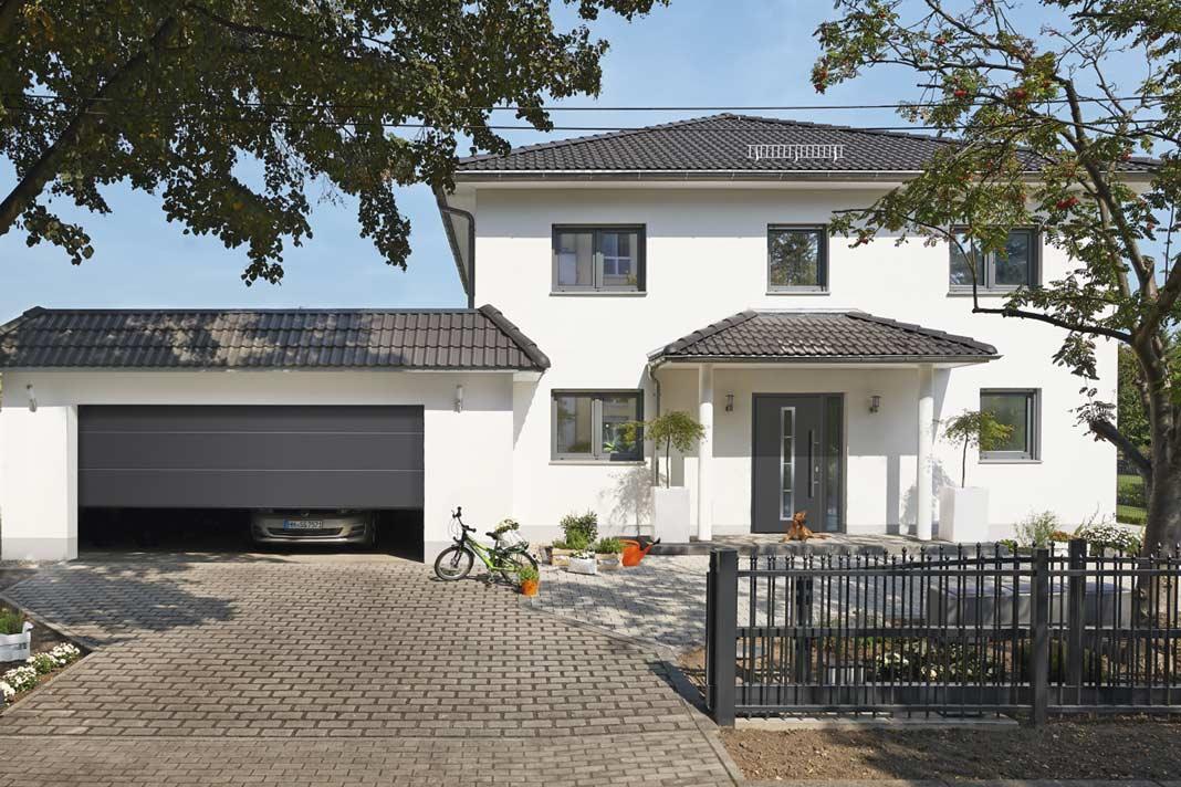 Das Garagen-Sectionaltor RenoMatic 2016 (ab 998 Euro) und die Haustür RenoDoor Plus 2016 (ab 1.798 Euro).