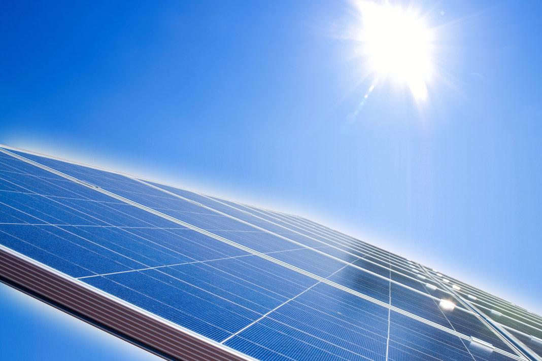 Als einer der Vorreiter in der Baubranche setzt die KAMPA GmbH konsequent auf das Konzept Effizienzhaus 40 als Plusenergie-Haus mit Photovoltaik-Anlage und Stromspeicher serienmäßig. Foto: Kampa/Fotolia
