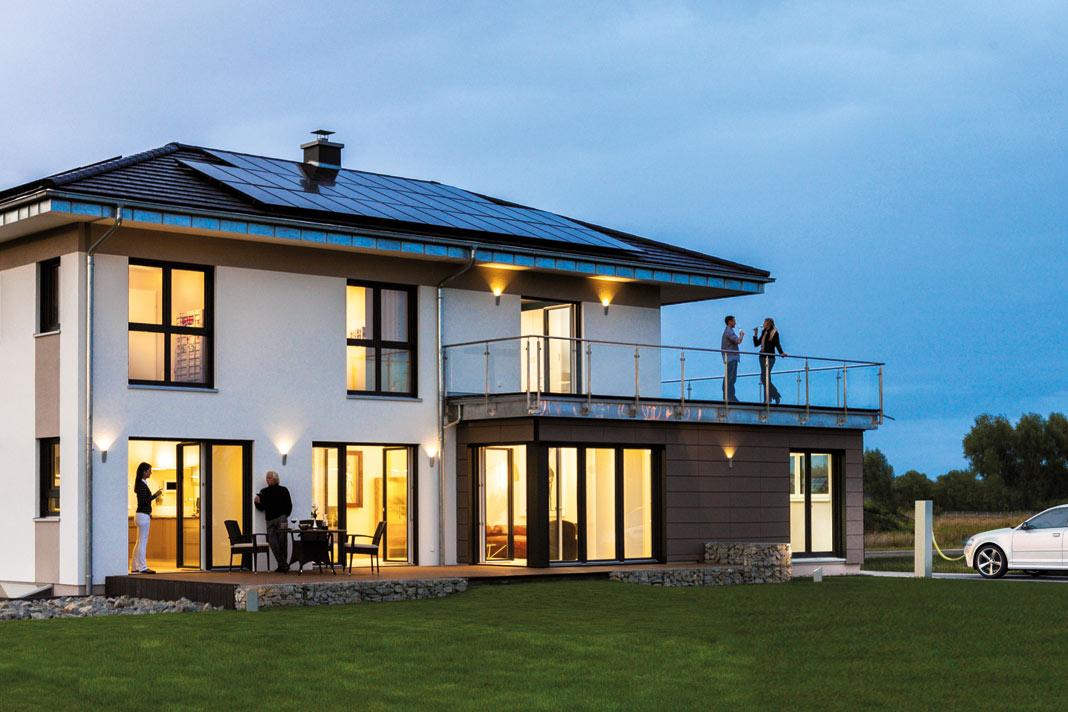 Das Plusenergiehaus in Berlin-Werder verfügt über einen Sonnentank, der den überschüssigen, selbst erzeugten Strom aus der Photovoltaikanlage speichert. Da man die Entwicklung der Energiepreise nicht absehen kann, ist es doch viel klüger, den selbst produzierten Strom auch selbst zu verbrauchen, zum Beispiel für Elektromobilität. Foto: Kampa