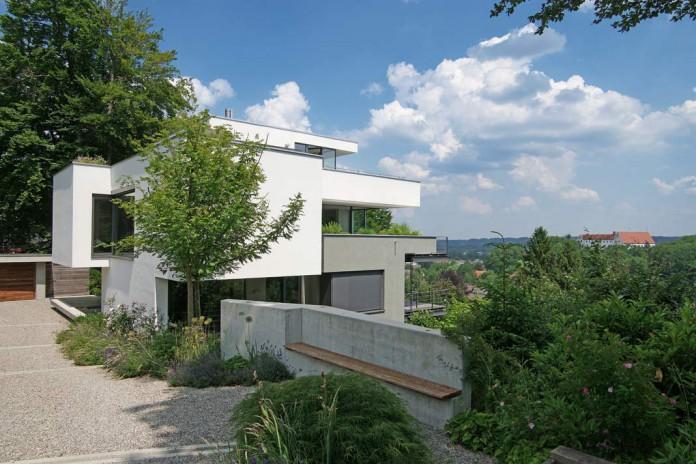 Der Münchner Architekt Stephan Maria Lang kannte alle Kniffe und schuf für seine Bauherren ein wahres Raumkunstwerk mit bester Aussicht.