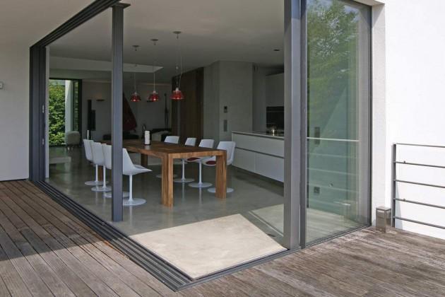 Ohnehin verschwimmen die Grenzen zwischen Innen -und Außenraum durch das Öffnen der Glasflächen.