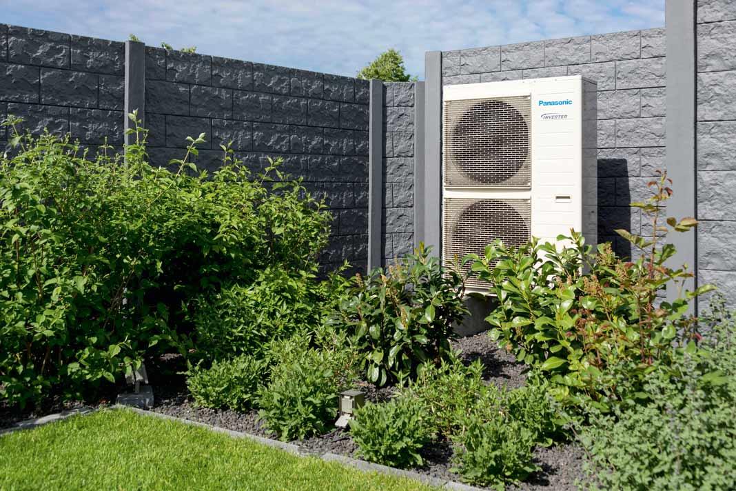 Die Außenluft-Wärmepumpe kann teils mit Solarstrom betrieben werden.