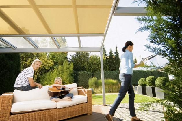 Ein Terrassendach erweitert den Wohnraum auch noch bei Sommerregen.