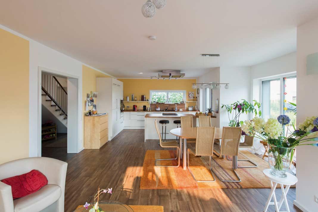 Im Erdgeschoss befinden sich ein großer Wohn-Ess- Raum mit offener Küche, Gästezimmer und Gästebad.