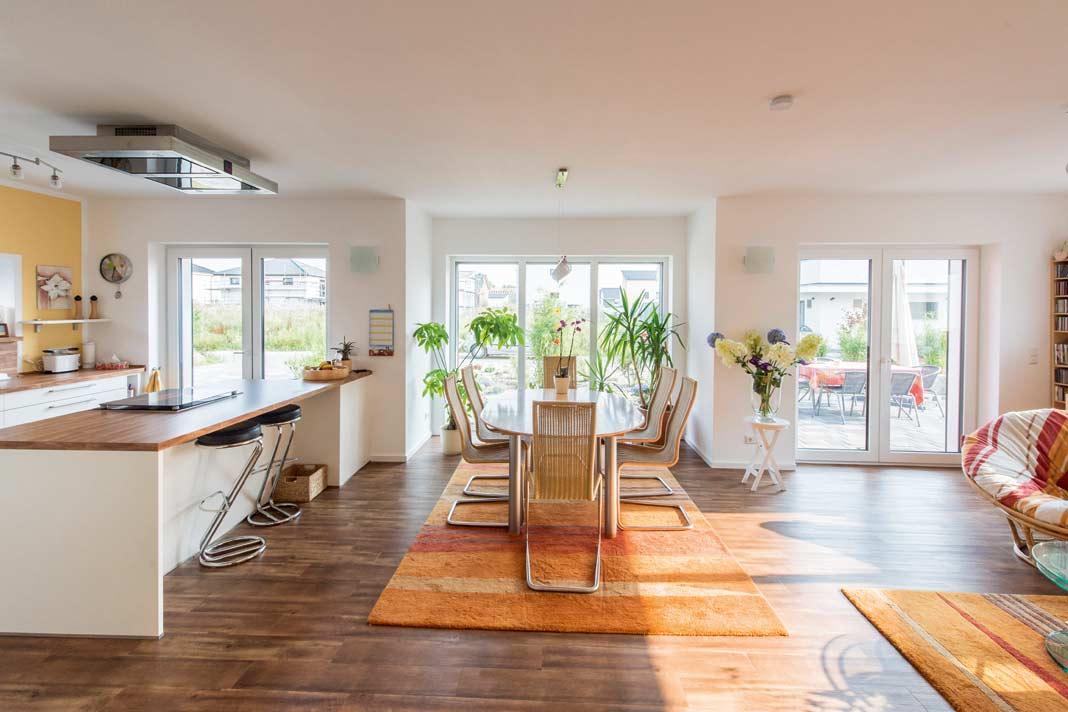 Große Fensterflächen auf der Südseite, die beinahe so hoch und breit sind wie die dahinter liegenden Räume, lassen die Sonne – und damit die Wärme – ungehindert ins Innere.