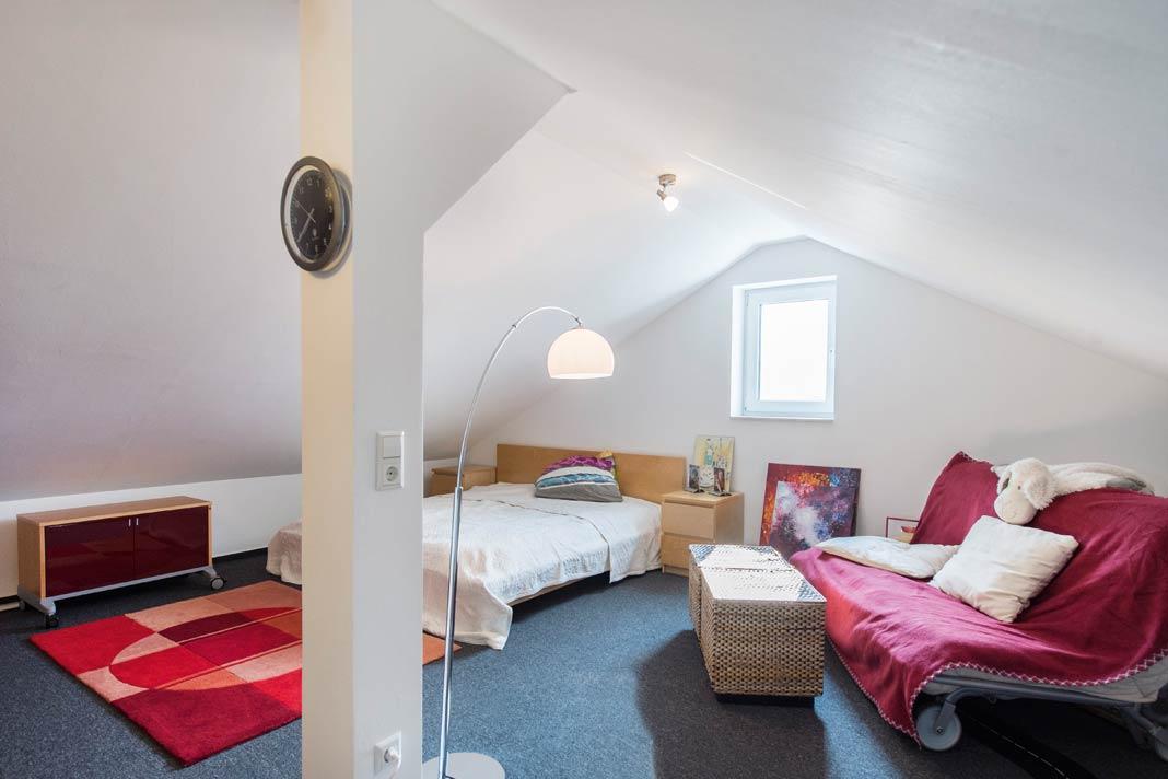 Der Platz unter dem Dach steht als voll - wertiger Wohnraum zur Verfügung und bietet genügend zusätzliche Stellfläche, um den fehlenden Kellerraum auszugleichen.