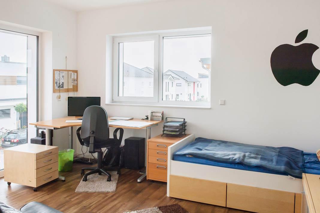 Vinylboden in allen Räumen und große, bodentiefe Fenster sorgen für eine helle und freundliche Atmosphäre.