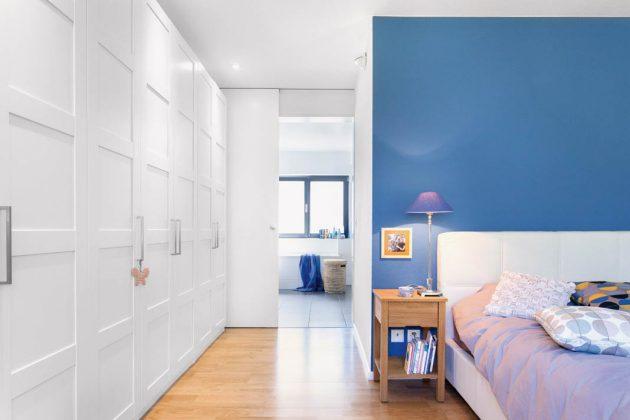 Elternschlafzimmer in maritimer Gestaltung mit Blau und Weiß.