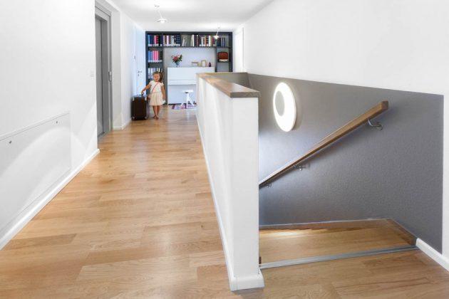 Der breite Flur führt nicht nur zu den Zimmern, er wird auch als Musizierzimmer und Spielfläche genutzt.