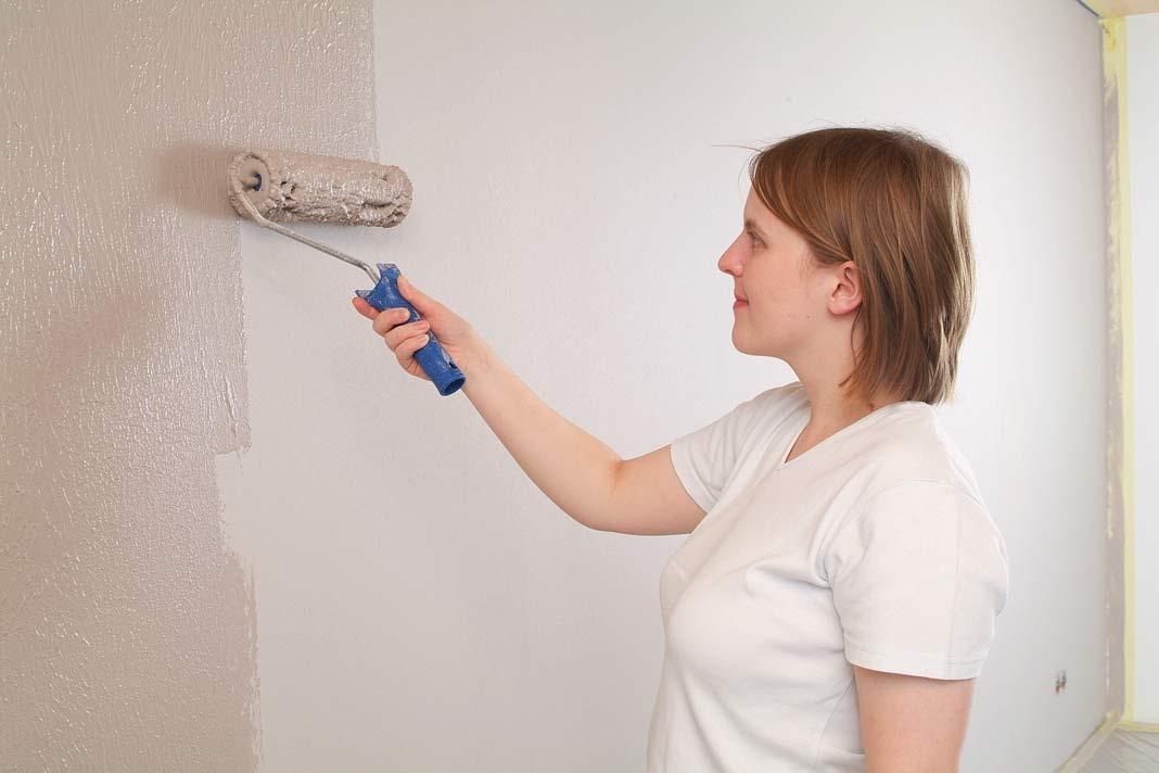 """""""Easyputz"""" ist ein gebrauchsfertiger Dekorputz für innen, der so einfach wie Wandfarbe aufzubringen ist."""