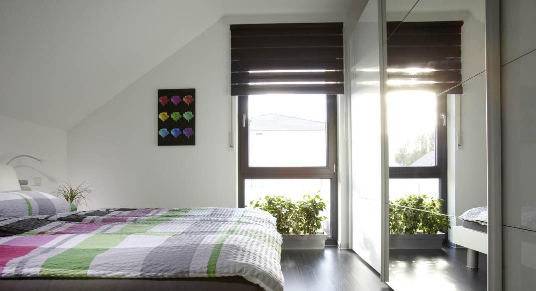 Schlafzimmer im Dachgeschoss profitiert von dem hohen Kniestock.