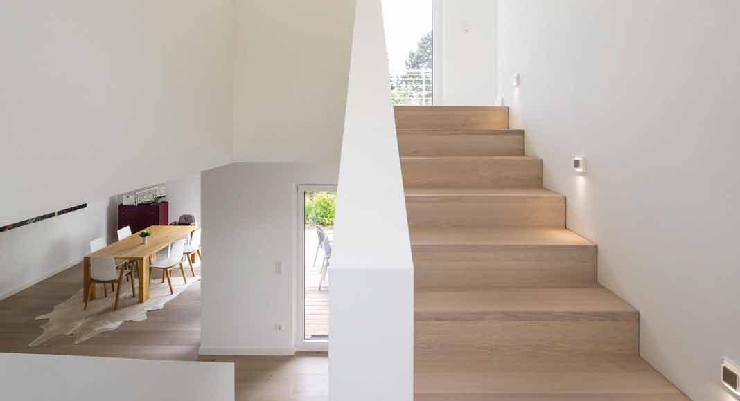 Treppenhaus wird zur Skulptur im modernen Wohnungsbau.