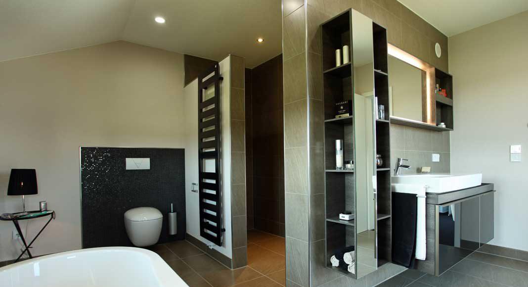 Modernes Bad unter der Schräge.